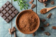 Mieszkanie nieatutowy skład z kakaowym proszkiem i czekoladowym barem zdjęcia stock