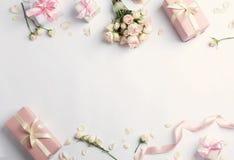 Mieszkanie nieatutowy skład z pięknymi różami i prezentów pudełkami na białym tle obraz royalty free