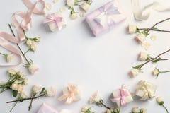 Mieszkanie nieatutowy skład z pięknymi różami i prezentów pudełkami na białym tle zdjęcie royalty free