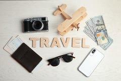 Mieszkanie nieatutowy skład z słowem podróż, kamera i paszport na drewnianym tle, obraz stock