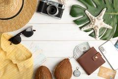 Mieszkanie nieatutowy skład z turystycznymi rzeczami dla plaża wakacje na drewnianym tle, przestrzeń dla teksta fotografia stock