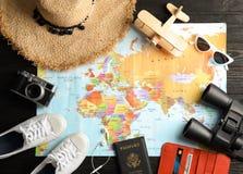 Mieszkanie nieatutowy skład z turystycznymi rzeczami i światową mapą Agencja podróży zdjęcia stock