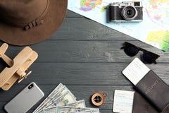Mieszkanie nieatutowy skład z turystycznymi rzeczami i kamera na drewnianym tle, przestrzeń dla teksta Podróż obraz stock