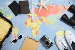 Mieszkanie nieatutowy skład z turystycznymi rzeczami na światowej mapie obrazy royalty free