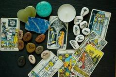 Mieszkanie nieatutowy Tarort karty, runes, astrologycal symbole i crysta, zdjęcia royalty free