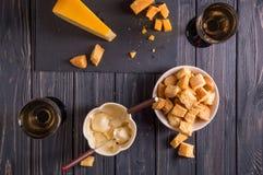 Mieszkanie nieatutowy Tradycyjny francuski serowy fondue Crouton zamaczający w gorącego serowego fondue na wywodzącym się rozwidl zdjęcie stock