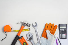 Mieszkanie nieatutowy ustaleni mechaników narzędzia samochodowy naprawianie na popielatym papierze zdjęcie stock
