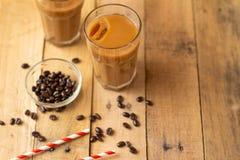 Mieszkanie nieatutowy Zimna kawa w przejrzystych szk?ach z lodem i s?oma, na drewnianym tle, ch?odzi nap?j, od?wie?enie, lato nas zdjęcia stock