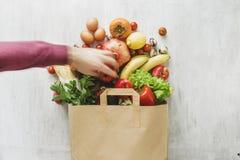 Mieszkanie papierowej torby zdrowie jedzenia nieatutowy różny biały drewniany tło obrazy royalty free