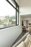 Mieszkanie, szczegół żywy pokój z okno Fotografia Royalty Free