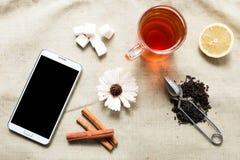 Mieszkanie telefonu komórkowego i herbaty nieatutowy mockup Fotografia Stock