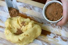 mieszkanie tnące surowe ciasta kakaowego obrazy stock