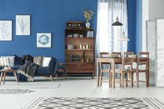 Mieszkanie z łomotać stół i kanapę royalty ilustracja