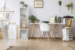 Mieszkanie z biurkiem i krzesłem Fotografia Royalty Free