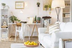Mieszkanie z złocistymi wystrojami Fotografia Royalty Free