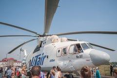 Mieszkaniec bada MI-26T helikopter Obrazy Stock