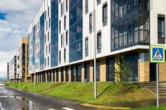 Mieszkaniowa ćwiartka z nowożytnymi sześć kondygnacja budynkami Zdjęcie Stock