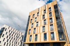 Mieszkaniowa ćwiartka z nowożytnymi sześć kondygnacja budynkami Obrazy Royalty Free