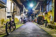 Mieszkaniowa boczna ulica z starymi domami Zdjęcia Stock