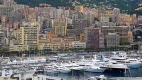 Mieszkaniowa nieruchomość w Monaco, wiele drodzy jachty cumujący w dennym schronieniu zdjęcia stock