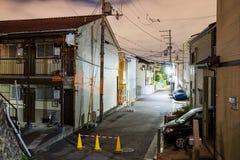 Mieszkaniowa ulica przy nocą obrazy stock