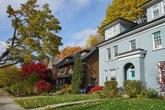 Mieszkaniowa ulica z spadków kolorami obraz royalty free