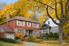 Mieszkaniowa ulica z spadków kolorami zdjęcie royalty free