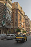Mieszkaniowego okręgu ulica w Aleksandria śródmieściu z samochodami i taxi na drodze Fotografia Stock