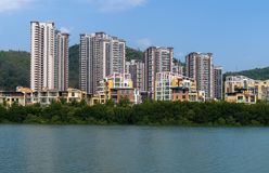 Mieszkaniowi domy na Linchun brzeg rzeki w mieście Sanya Zdjęcia Royalty Free