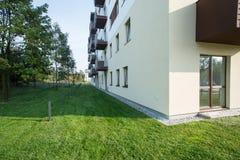 Mieszkaniowy blok w przedmieściach Zdjęcia Stock