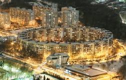 Mieszkaniowy budynek mieszkaniowy w postaci pierścionku w Moskwa przy nocą Obraz Stock