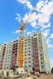 Mieszkaniowy dom i basztowy żuraw na budowie zdjęcie stock