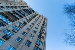 Mieszkaniowy dom na niebieskiego nieba tle Blok mieszkalny od sowieckich czasów Zdjęcie Stock