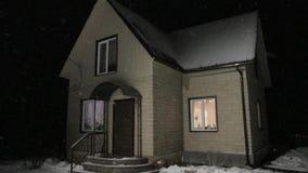 Mieszkaniowy dom przy nocą w zimie zbiory wideo