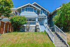 Mieszkaniowy dom z betonowym schody nad tarasem wej?cie zdjęcie royalty free