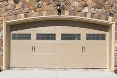 Mieszkaniowy domowy garażu drzwi Zdjęcia Stock