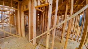 Mieszkaniowy domowy otokowy widok na nowego domu drewniany w budowie obraz royalty free