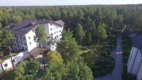 Mieszkaniowy kompleks, chałupa, domy w lesie zdjęcie wideo