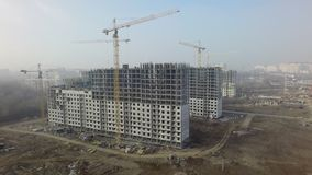 Mieszkaniowy kompleks z mieszkanie w wieżowcu domami w budowie, antena zdjęcie wideo