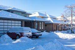 Mieszkaniowy podjazd i frontowy jard w śniegu na zimie przyprawiamy obraz stock