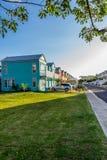 Mieszkaniowy s?siedztwo kolorowi grodzcy domy/urlopowi domy Ekskluzywne zakazywać społeczności siedziby w Karaiby zdjęcie royalty free
