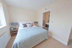 Mieszkaniowy sypialni wnętrze zdjęcie royalty free