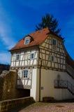 Mieszkaniowy tudor stylu dom z niebieskim niebem w tle Fotografia Stock