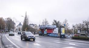 Mieszkanowie iść dalej na jego swój biznesowym outside, poruszający samochody Fotografia Royalty Free