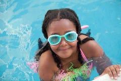 Śmieszna afroamerican dziewczyna z gogle w basenie Obraz Royalty Free