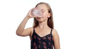 Śmieszna dziecko dziewczyna pije mleko zbiory wideo