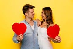 Śmiesznego pary mienia czerwoni serca na walentynki ` s dniu Fotografia Royalty Free