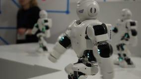 Śmieszni biali dancingowi roboty zdjęcie wideo
