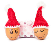 Śmieszni uroczy jajka w zimy Santa kapeluszu Zdjęcia Stock