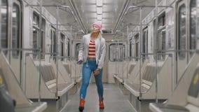 ?mieszny atrakcyjny radosny blondynki dziewczyny taniec w wagon metra w podziemnym metrze Kobieta raduje si? przy sukcesem wewn?t zbiory wideo